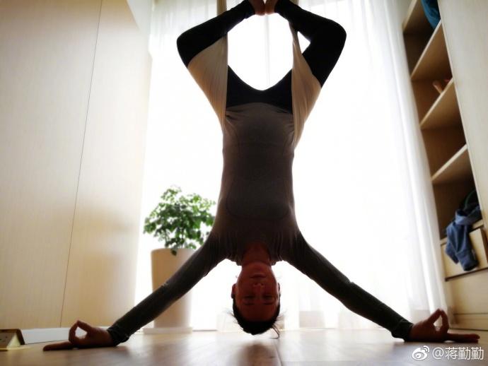 43岁蒋勤勤怀二胎做高难度瑜伽 高龄产妇当妈不易