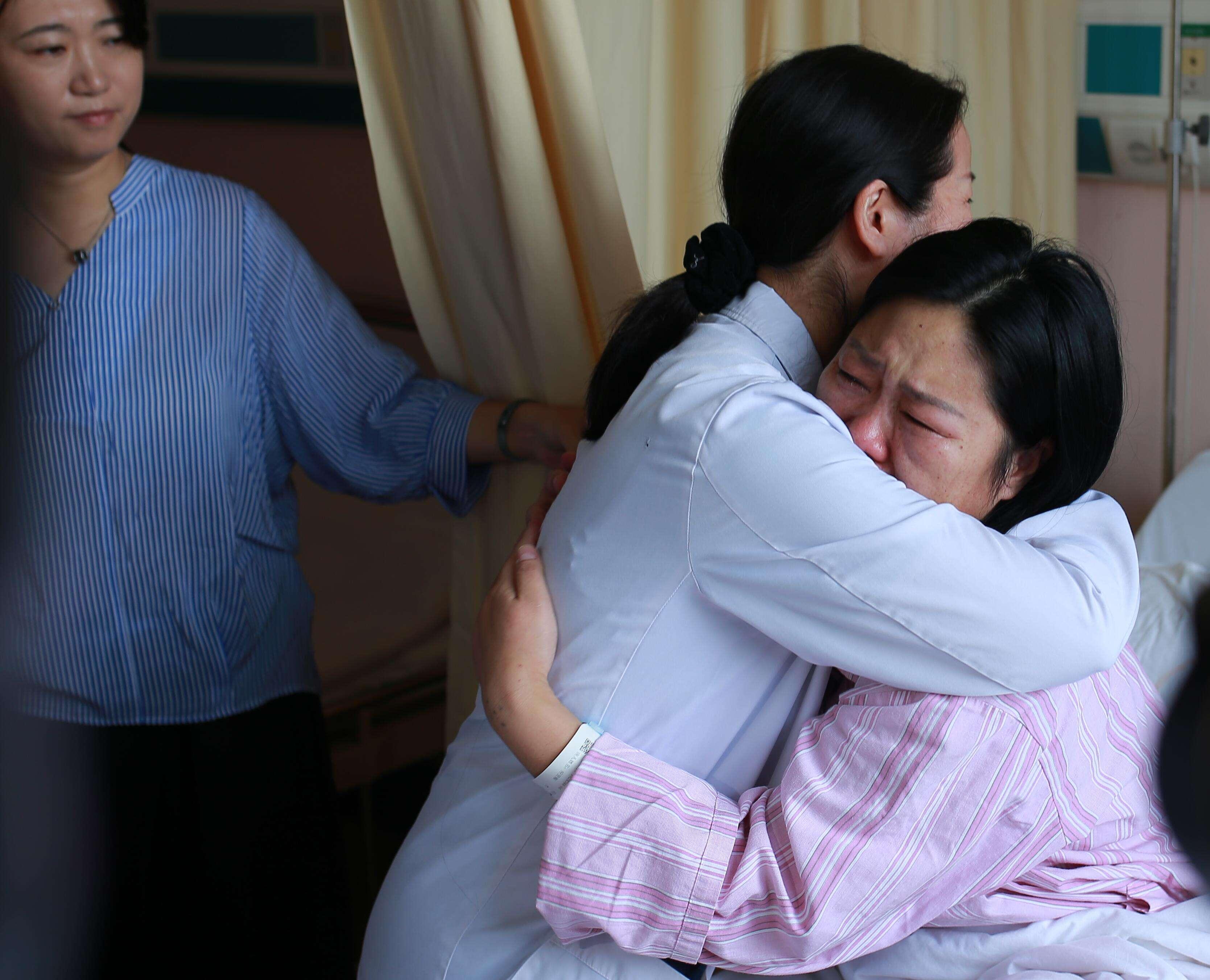 告慰牺牲消防员:高龄失独母亲在红房子试管再孕成功产女