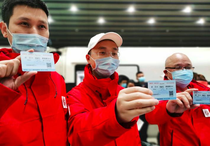 欢迎凯旋!首批返京的援鄂国家医疗队队员抵京
