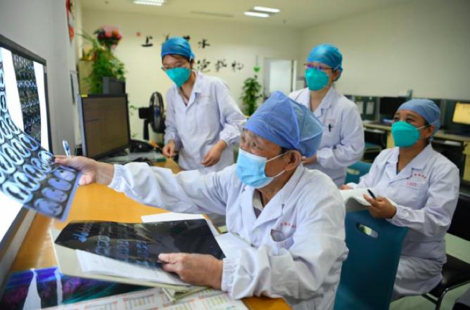 武汉感染新冠的82岁医生出诊了:总是把听诊器捂热,再放病人身上