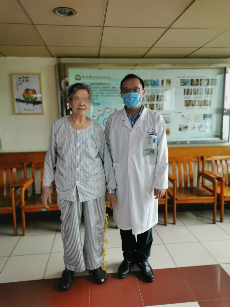 """膝关节疼痛20年没治好,74岁老人双腿外翻变""""X型腿"""""""