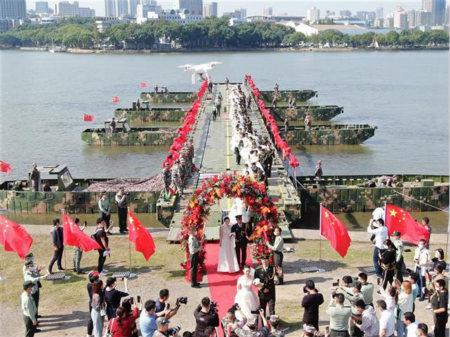 武汉东湖:迟到的40对抗疫战士举办集体婚礼