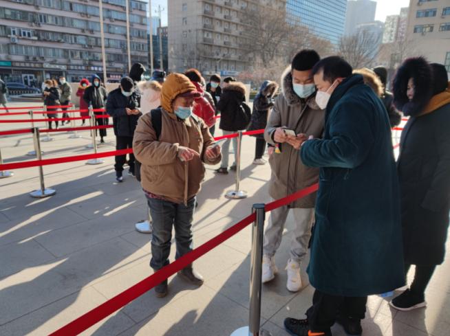 北京朝阳医院周六日预约核酸检测第一天,排队20多分钟就做完了