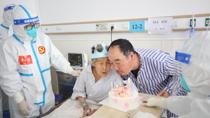 """除夕遇上生日,黑龙江高龄""""寿星""""在新冠病房度过94岁生日"""