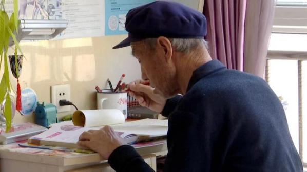 80岁脑梗老人为预防脑梗后遗症,每天写家庭作业