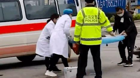 伤者从担架意外摔落,急救专家:救援过程极不专业!