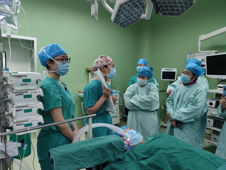 为缓解术前焦虑,这家医院把患者带进手术室