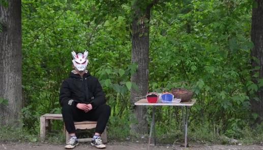 戴奥特曼面具卖樱桃男孩:愿望是能把疤痕祛除