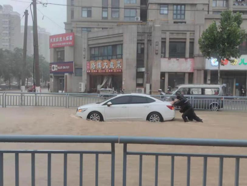 河南郑州暴雨:水没过膝盖,多个医院停电