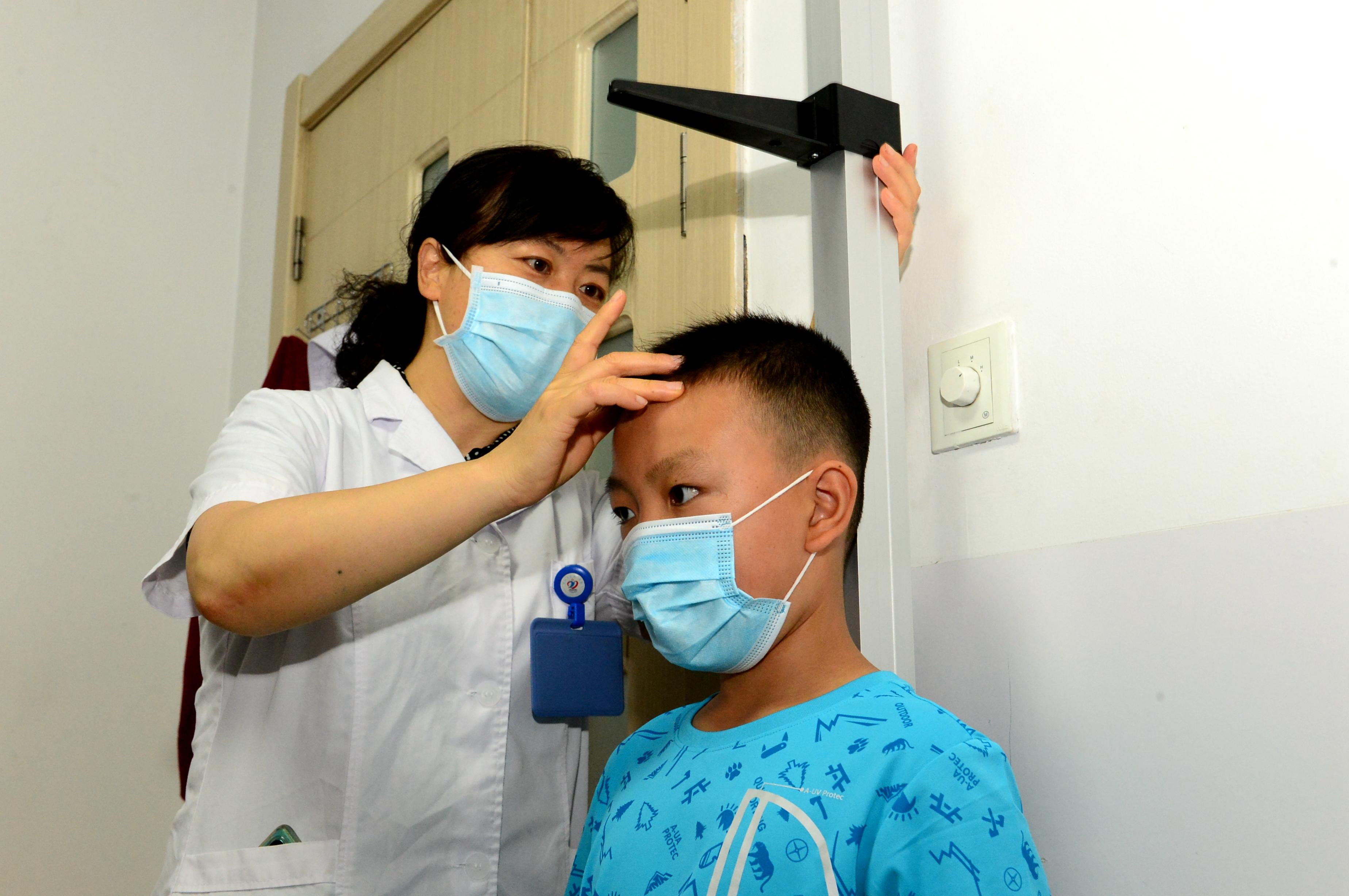 """孩子身高""""拔一拔"""" 甘肃多家医院联合开展儿童生长发育义诊"""