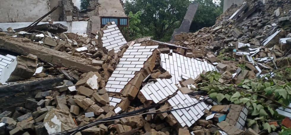泸县地震造成3死88伤,地震又遇暴雨,多处房屋倒塌